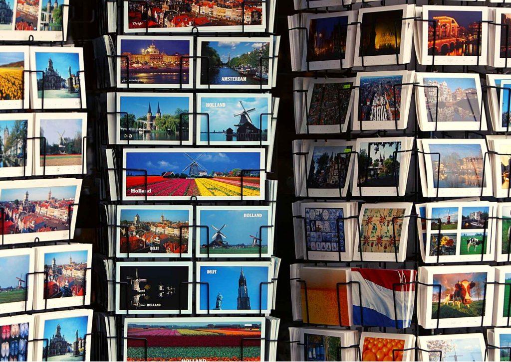 Collezionare cartoline: espositore pieno di cartoline turistiche olandesi