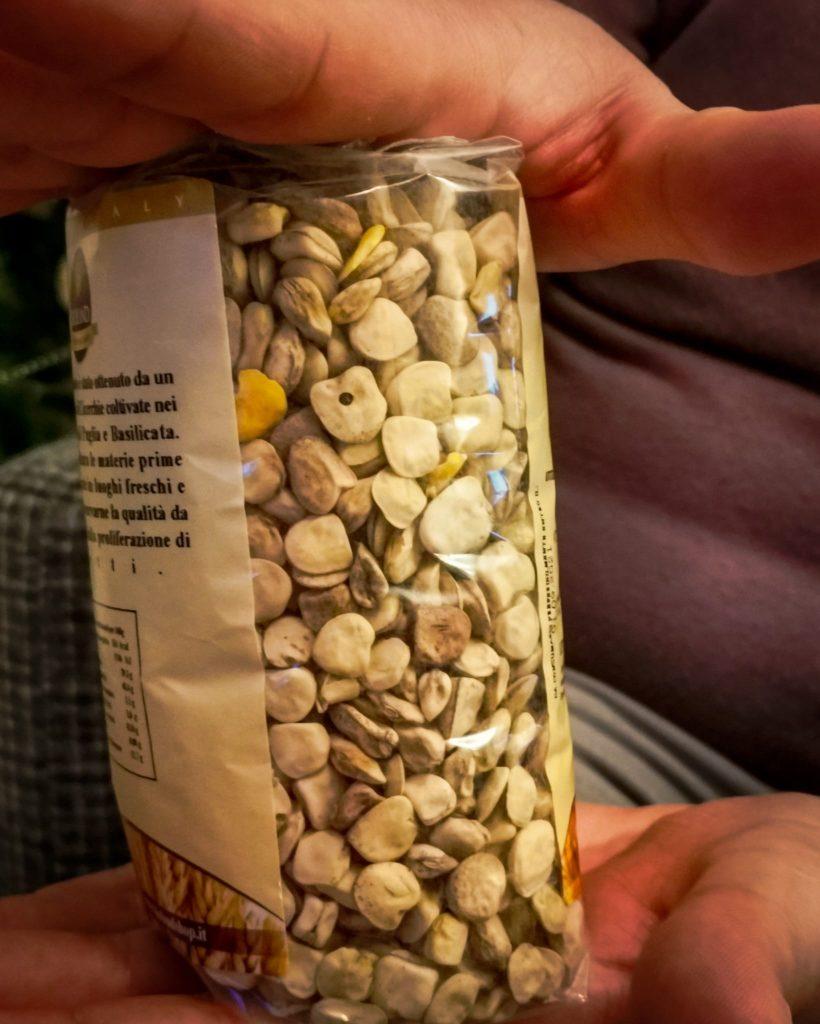 cicerchia della Murgia in confezione da 500 grammi fra le mani