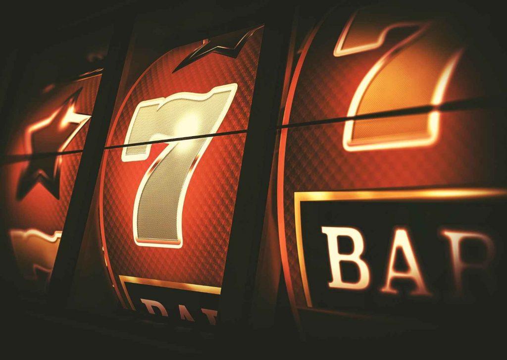 Slot machine con stella, sette e la scritta BAR sul punto di allinearsi