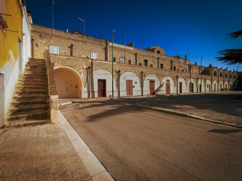 Poggiorsini: il più piccolo paese della provincia di Bari. Palazzo ducale su due livelli. Scalinata laterale in primo piano