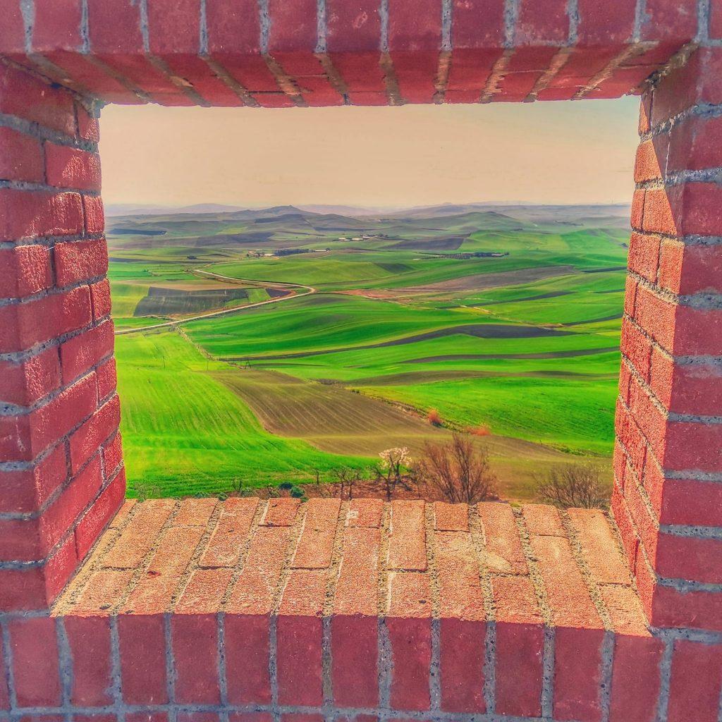 finestra panoramica aperta sulle verdi vallate