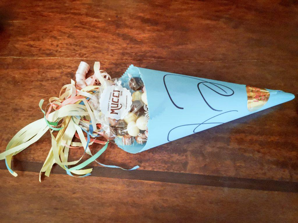 Cornucopia con confetti di carnevale e coriandoli.