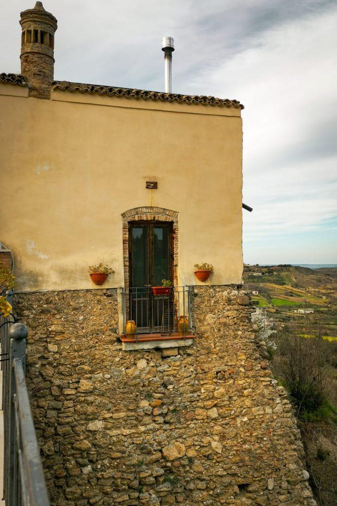 Irsina: finestra di un'abitazione nella torre delle mura con vasi di fiori