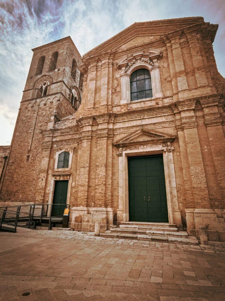Irsina: cosa vedere? La Cattedrale di Santa Maria Assunta con la sua facciata barocca e il campanile originario con bifore medievali