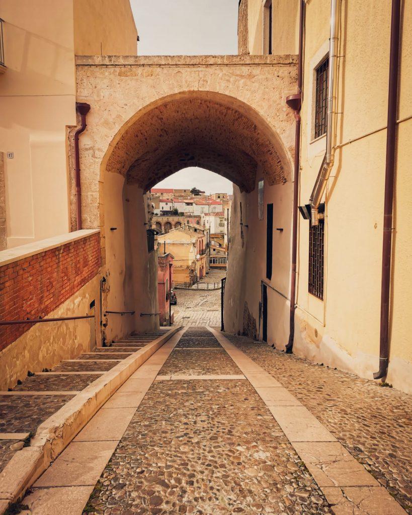 Irsina: porta nelle mura della città. Salita ripida.