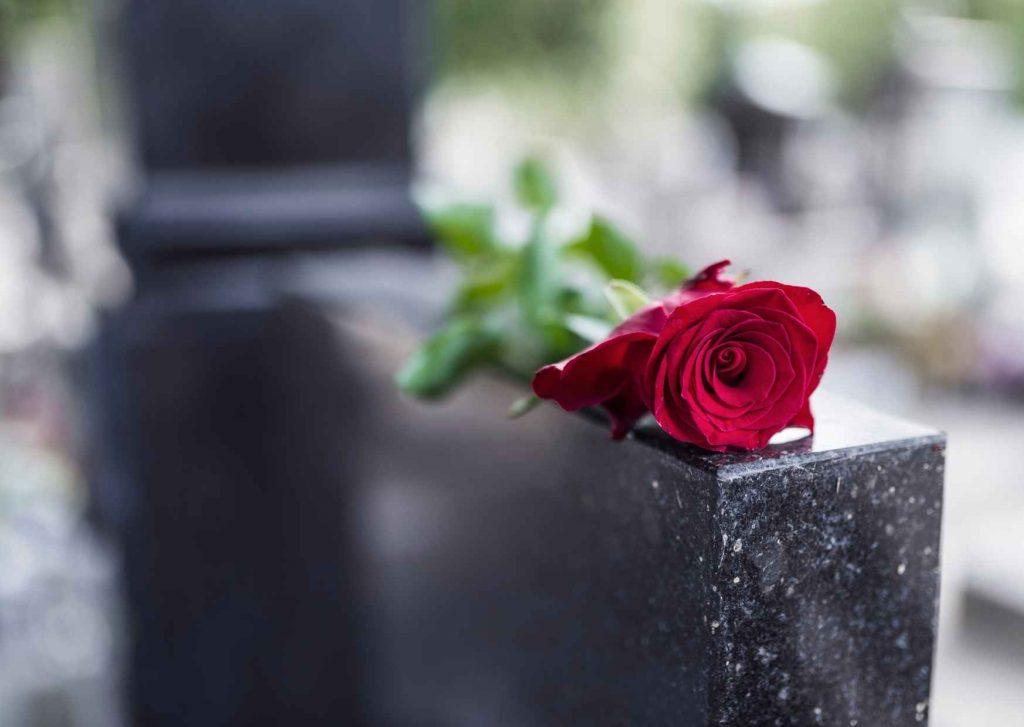Tomba di marmo con rosa rossa