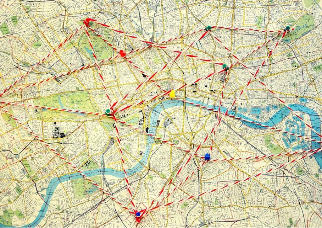 mappe emozionali: pianta di città con nodi e spaghi colorati