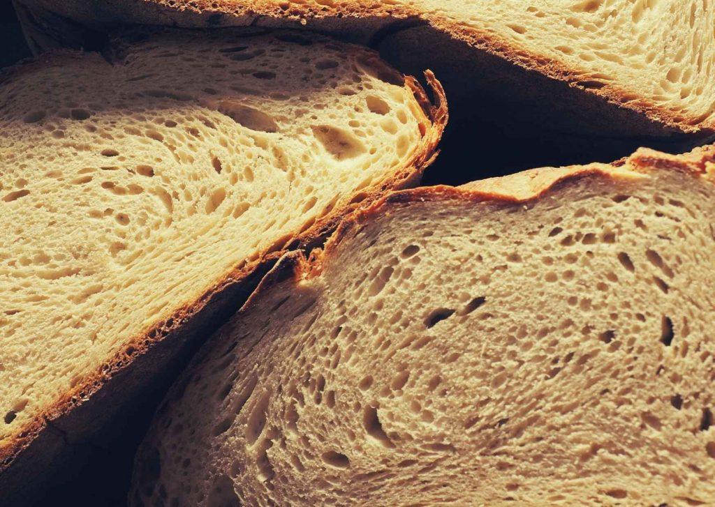 Pane di Altamura DOP a fette. La mollica gialla in primo piano