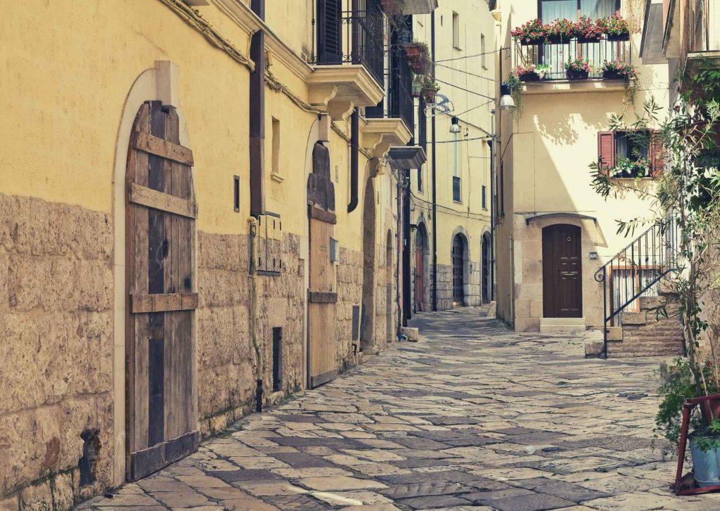 Altamura: stradine lastricate del centro storico con balconcini di ferro battuto, fiori, scalette.