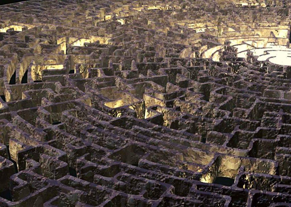 Labirinto in muratura illuminato in alcuni punti