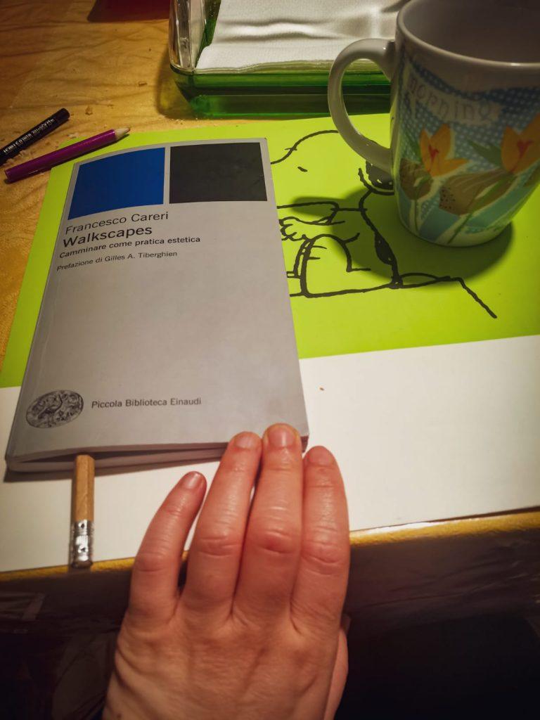 Walkscapes: il libro è sul tavolo insieme a una matita e a una tazza per la colazione