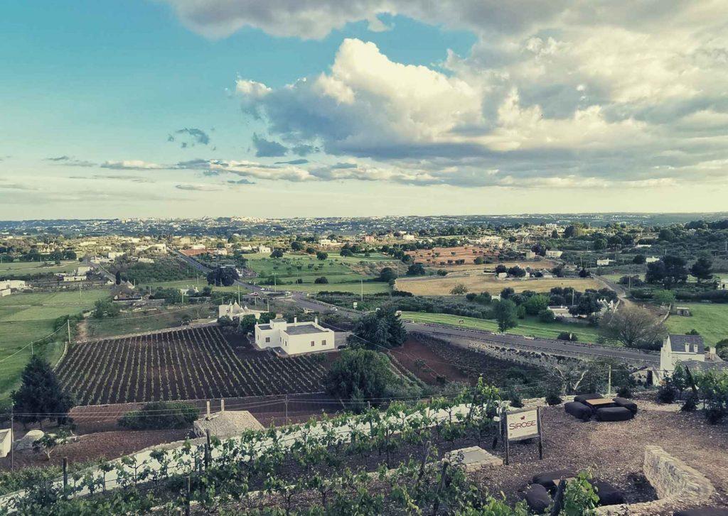 via Ellenica: panorama su Valle d'Itria con orti, masserie, trulli.