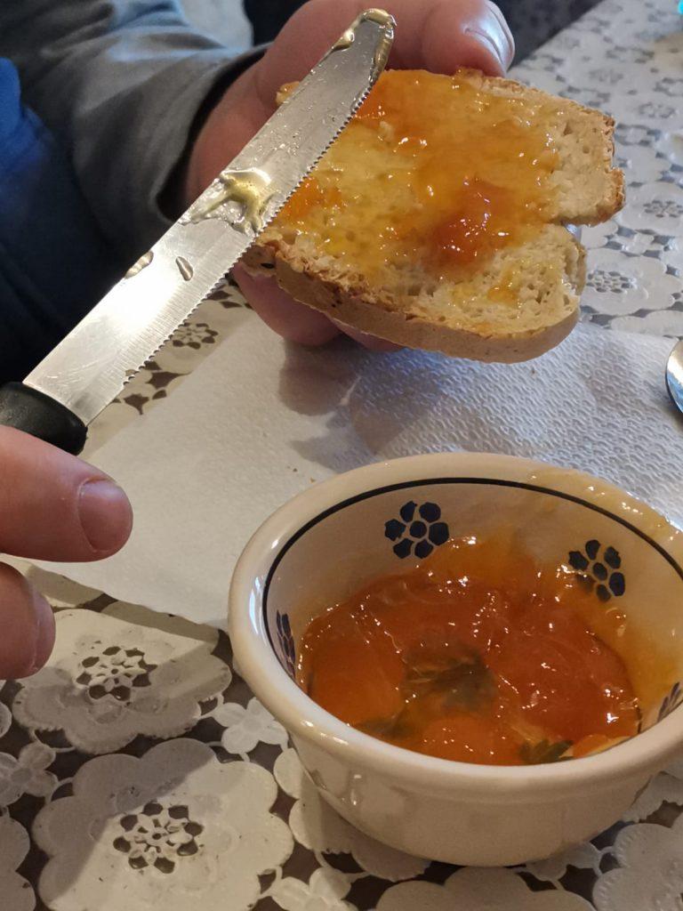 Scodella in ceramica tipica con confettura locale, fetta di pane