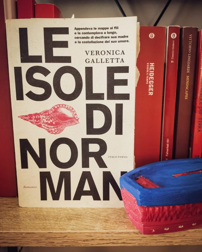 Copertina del libro con barchetta in primo piano