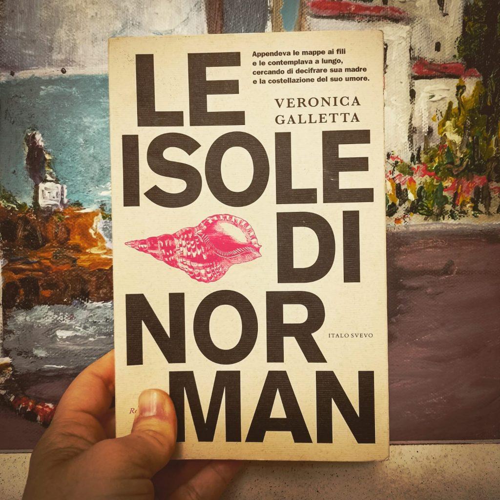 Le isole di Norman - Veronica Galletta: copertina davanti a un quadro con paesaggio mediterraneo, mare e faro