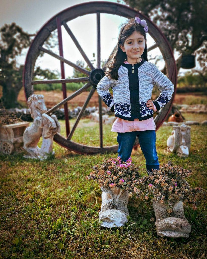 Trulli Caroli: decorazioni da giardino. Stivali di pietra pieni di fiori. Grande ruota
