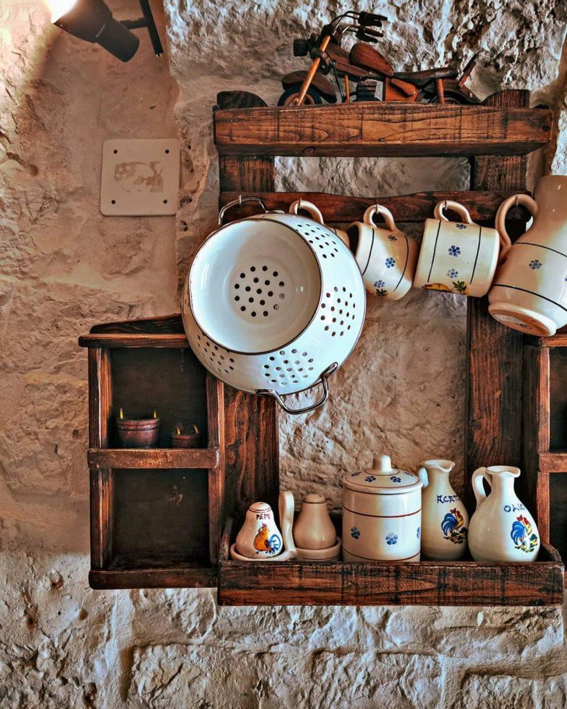 Tipiche stoviglie pugliesi in ceramica tradizionale: brocche, saliera, pepiera, ciotole e tazze