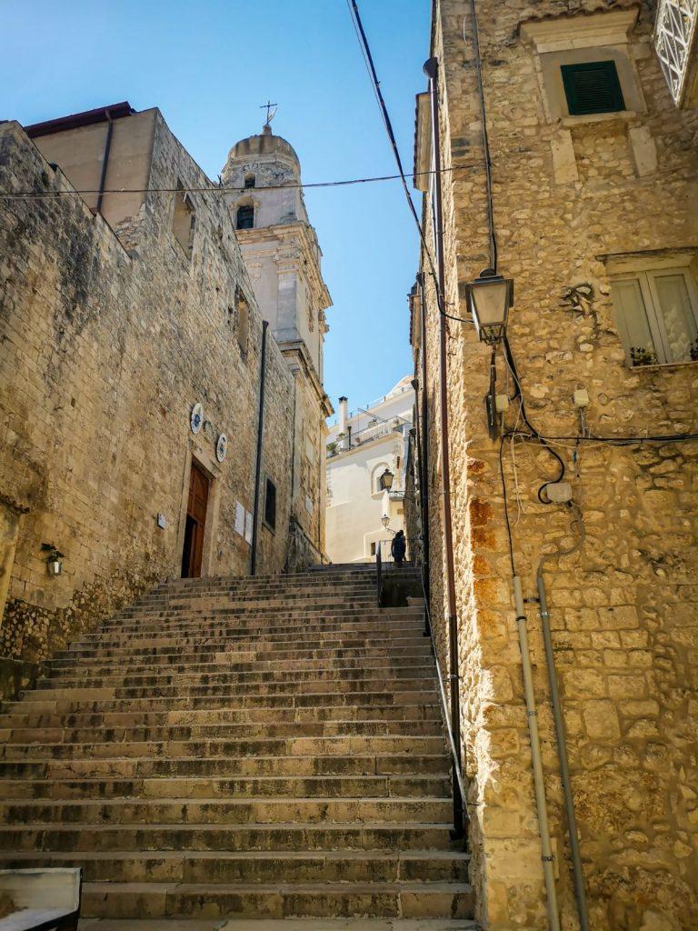 Vieste Vecchia: scalinata antica che conduce alla Cattedrale di cui si vede il campanile sul fianco
