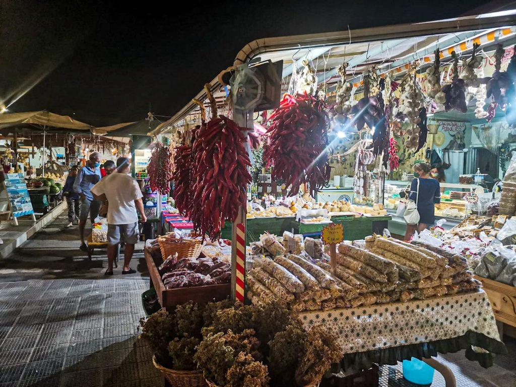 Vieste: mercato notturno di salumi e frutta secca. Peperoncini appesi, agli, salami e alti prodotti