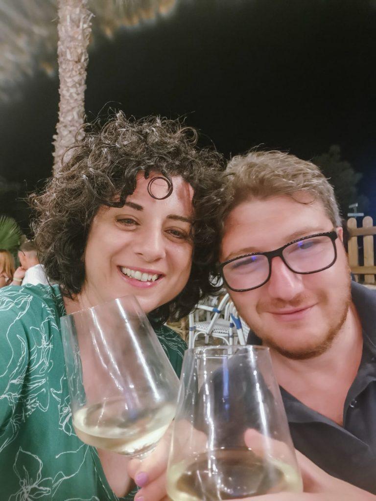 Vieste: Anna e Francesco che brindano con calici di vino bianco