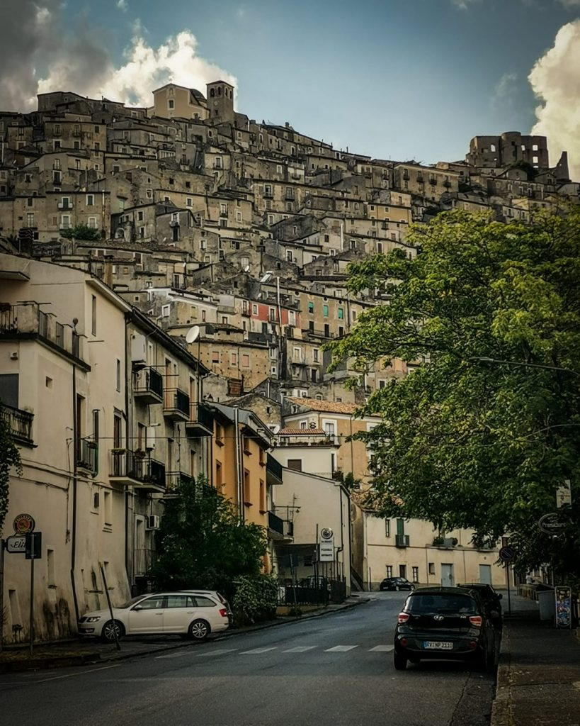 Morano Calabro: scorcio tipico con le case disposte sulla montagna di forma conica. In cima la chiesa dei SS. Pietro e Paolo e i ruderi del castello
